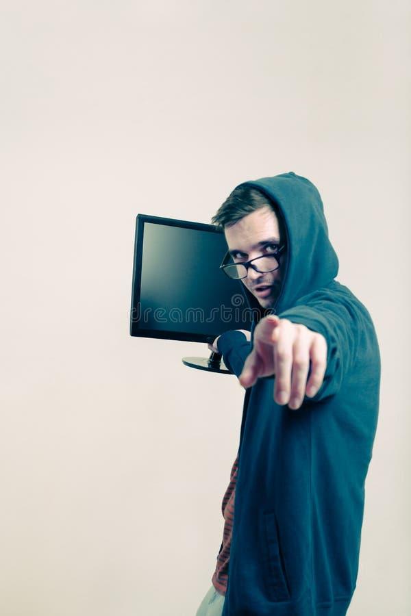 Человек с указывать монитора стоковое изображение rf