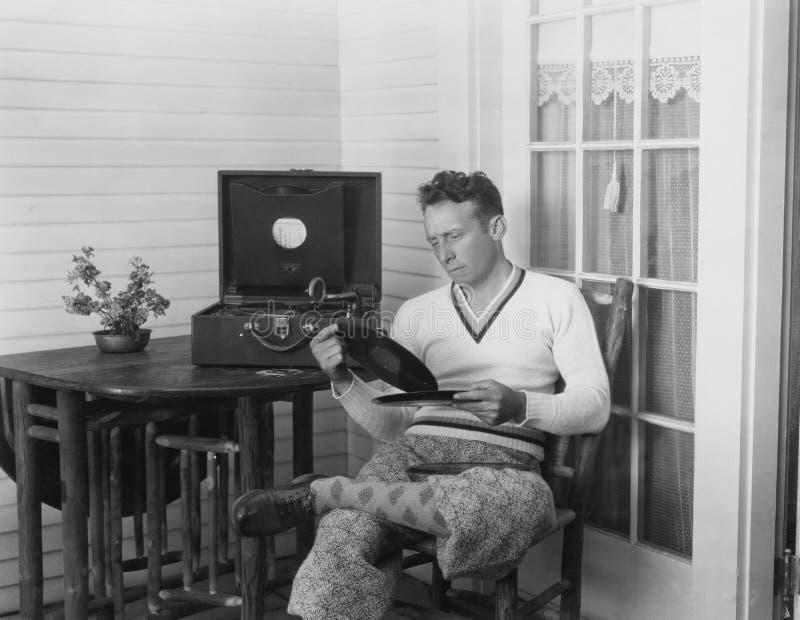 Человек слушая к показателям стоковое изображение rf