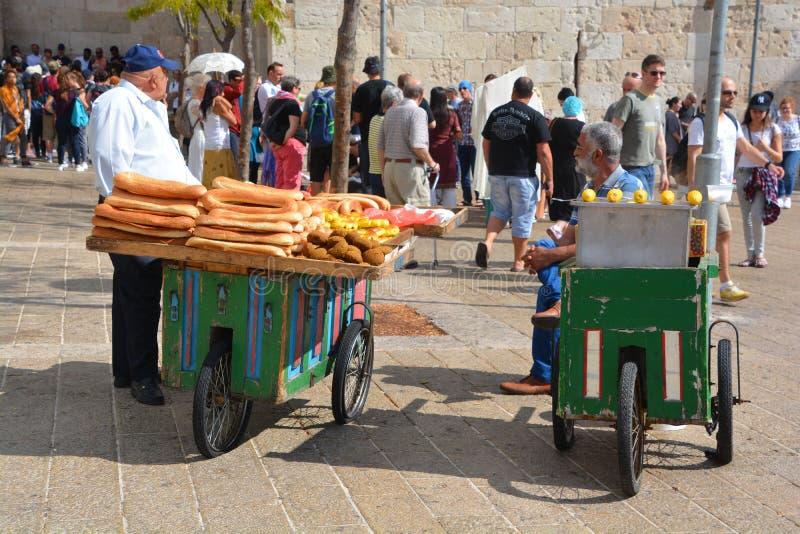 Человек с хлебом стоковые фото