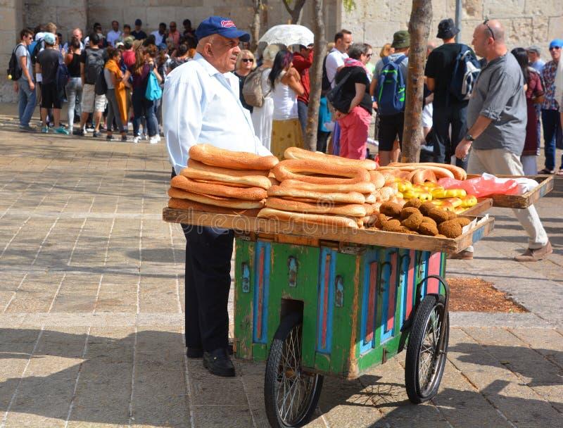 Человек с хлебом стоковая фотография