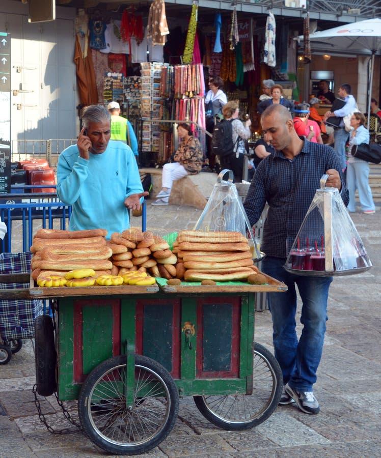 Человек с хлебом стоковое изображение rf
