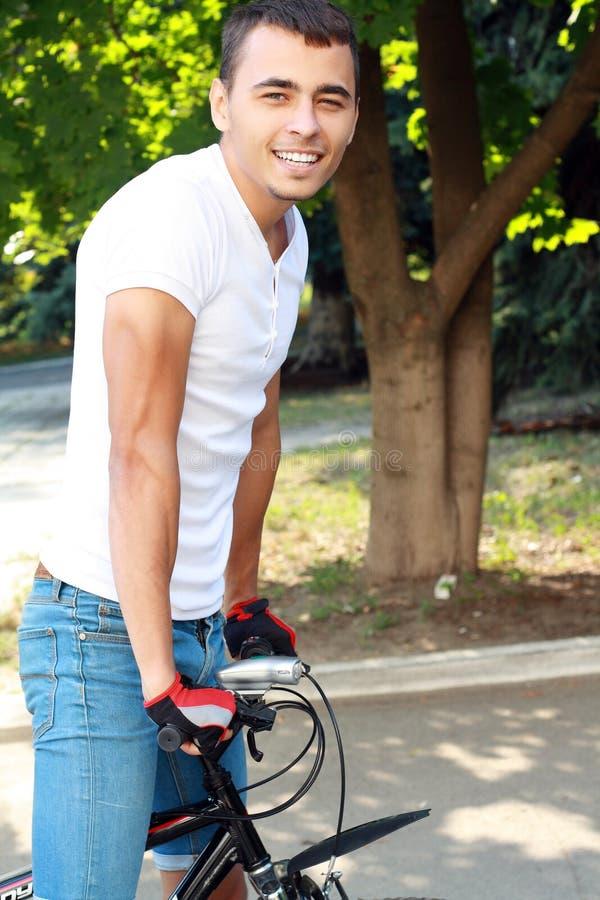 Download Человек с циклом стоковое фото. изображение насчитывающей пригонка - 33730724