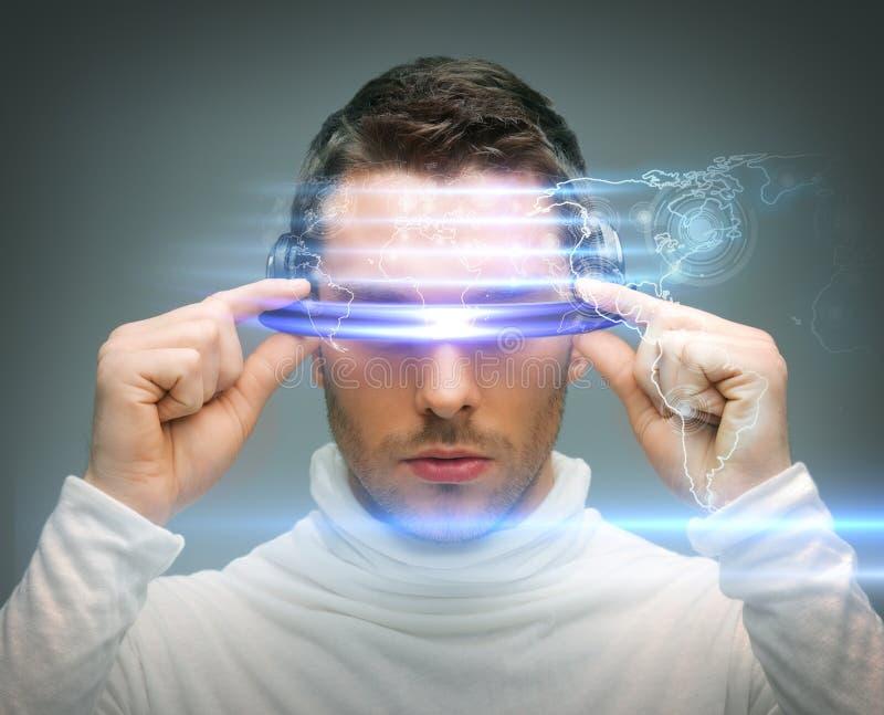 Человек с цифровыми стеклами стоковое изображение rf