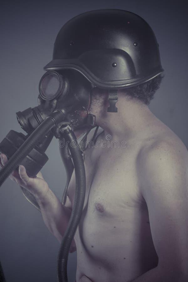 Download Человек с черной маской противогаза, концепцией загрязнения и экологическим Disast Стоковое Изображение - изображение насчитывающей промышленно, backhoe: 40579013