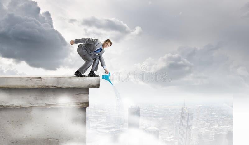 Download Человек с чонсервной банкой Стоковое Изображение - изображение насчитывающей дело, расти: 41650523