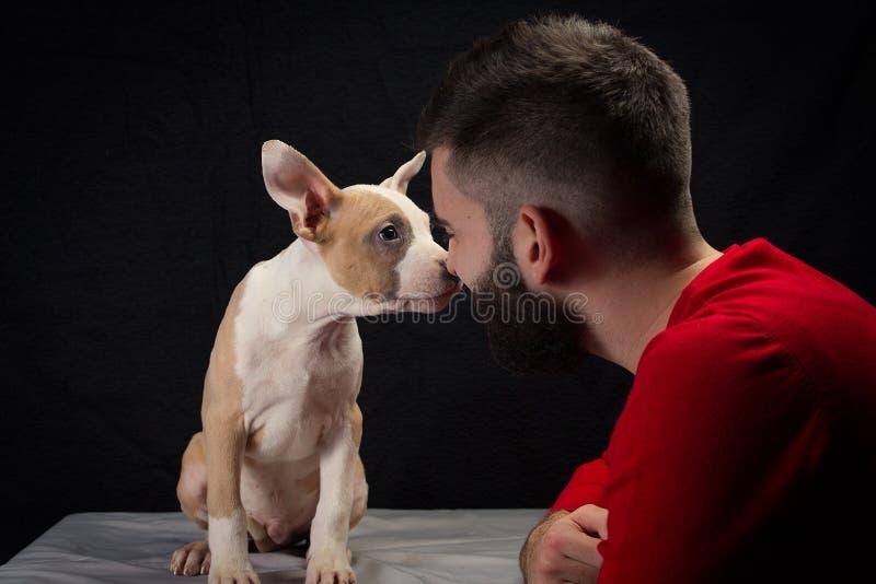 Человек с щенком стоковая фотография rf