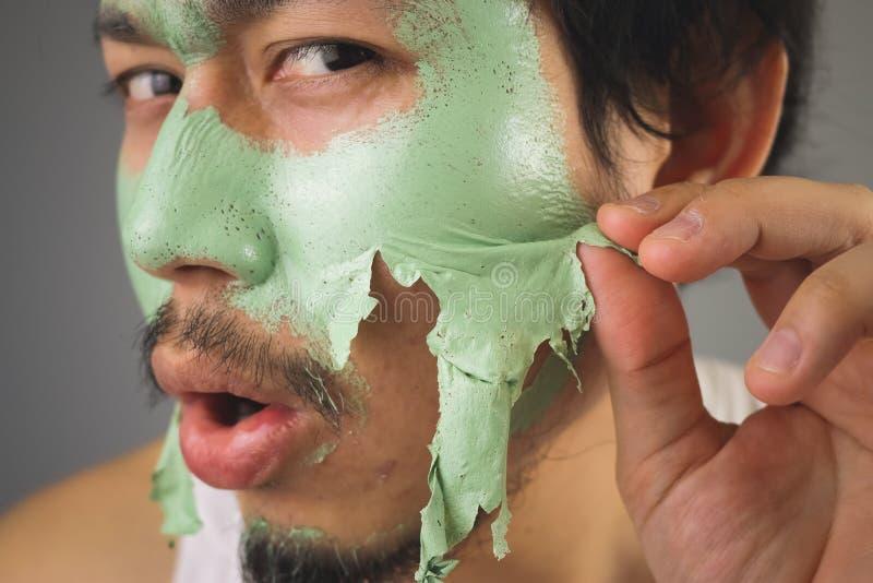 Человек с skincare лицевого щитка гермошлема стоковое фото rf