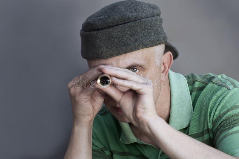 Человек с spyglass стоковая фотография rf