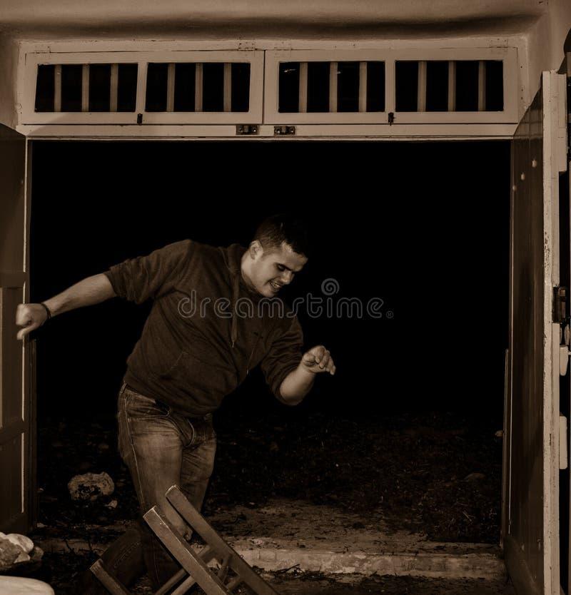 Человек танцуя традиционный танец в Milos Klima, Греция Zeibekiko стоковое изображение rf
