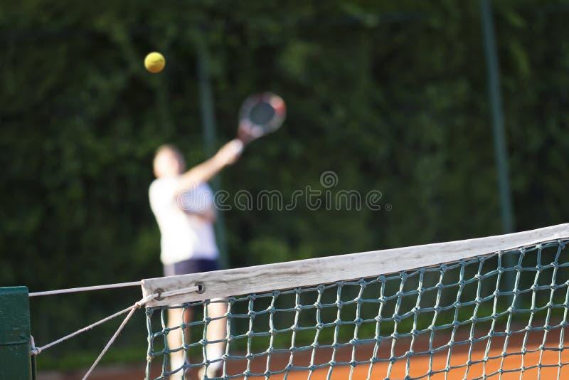 Человек тенниса сетчатый играет теннис стоковое изображение rf