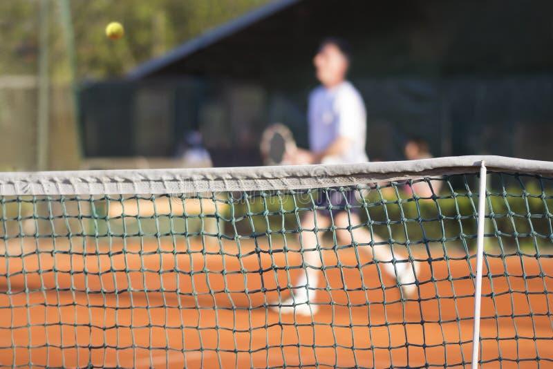 Человек тенниса сетчатый играет теннис стоковые фотографии rf