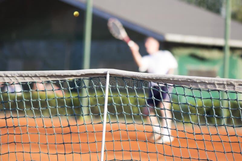 Человек тенниса сетчатый играет теннис стоковые изображения rf