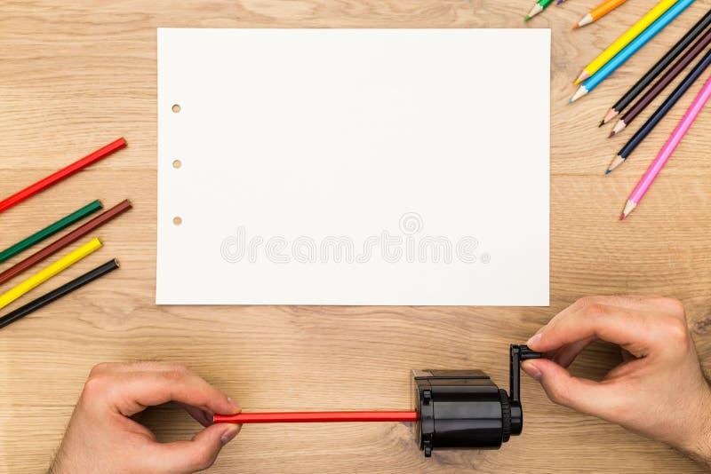 Человек точить красный карандаш стоковые фотографии rf