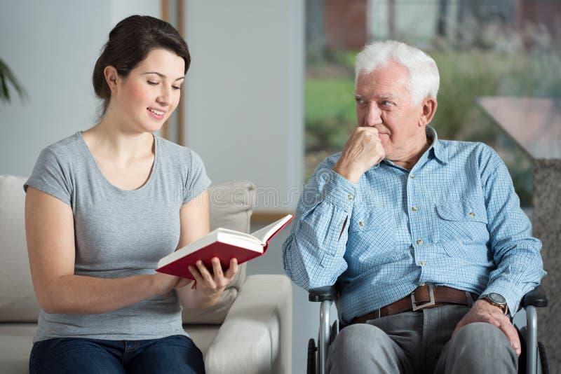 Человек тратя время с внучкой стоковые фотографии rf