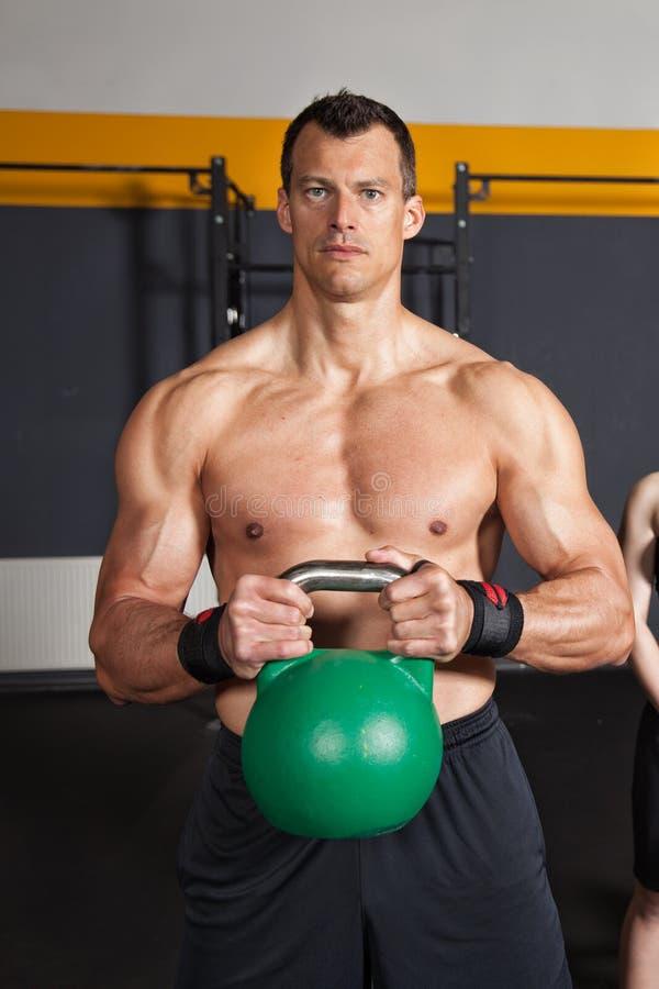 Человек тренировки фитнеса kettlebell Crossfit стоковая фотография