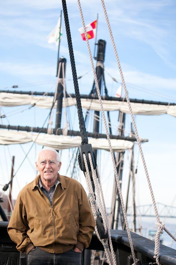 Человек туризма истории на парусном судне стоковые изображения rf