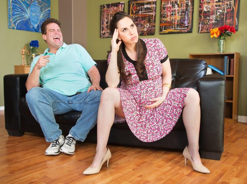 Человек указывая на беременную даму стоковые изображения