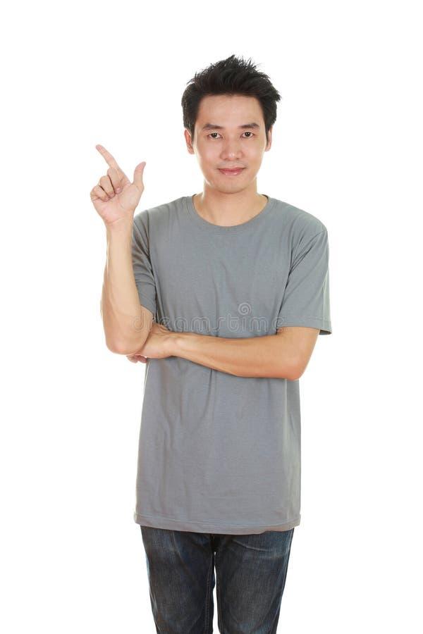 Человек думает идеи с футболкой стоковая фотография