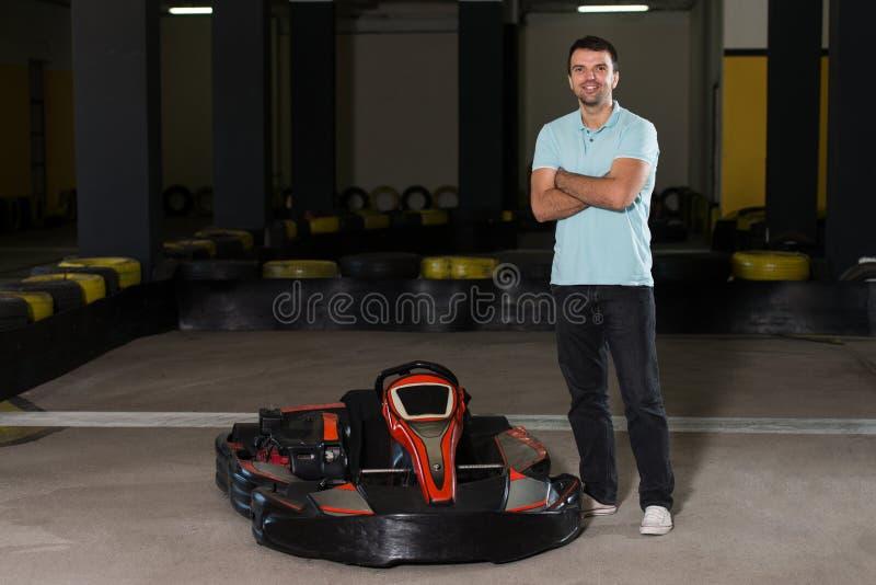Человек управляет идет-Kart с скоростью в Karting стоковое изображение rf