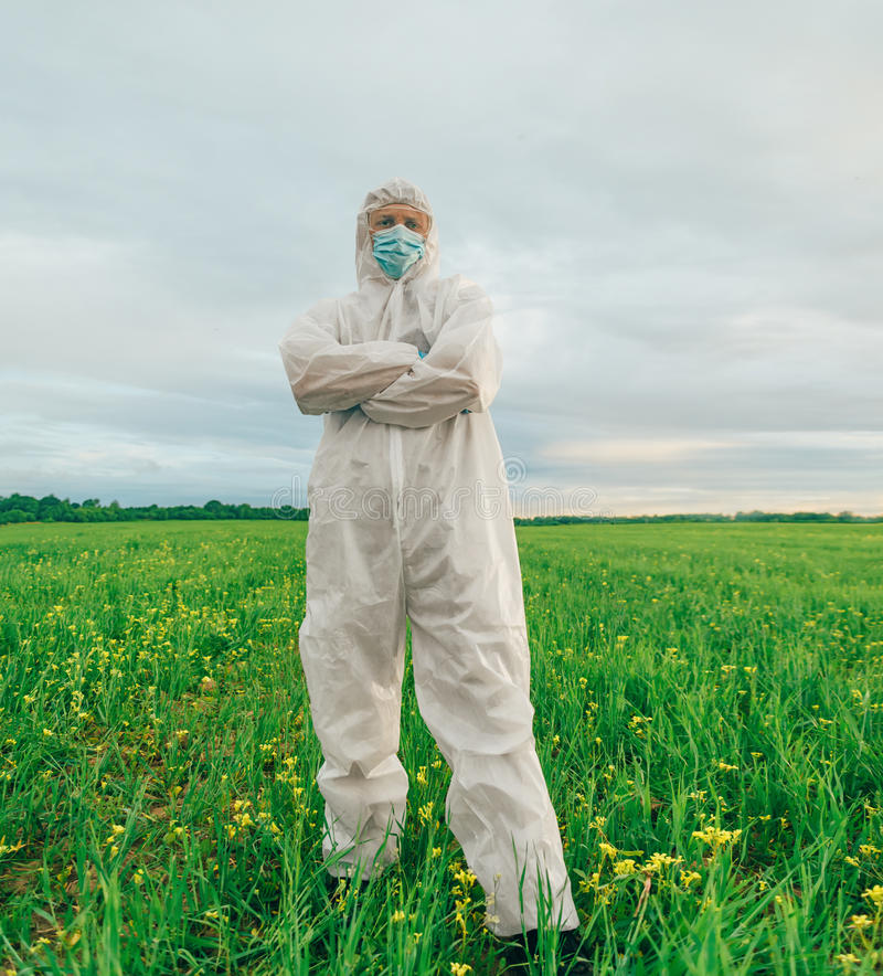 Человек ученого стоя на поле лета стоковое фото