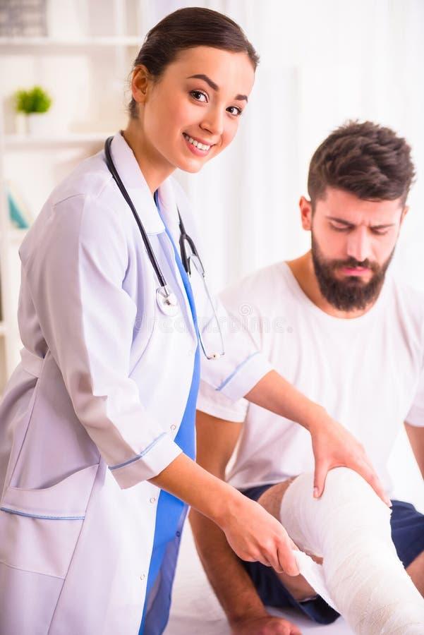 Человек ушиба в докторе стоковое изображение