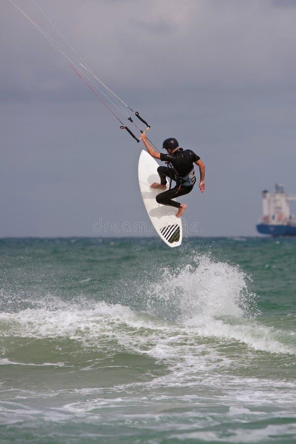 Человек улавливает большой воздух Parasail занимаясь серфингом в Флориде стоковая фотография
