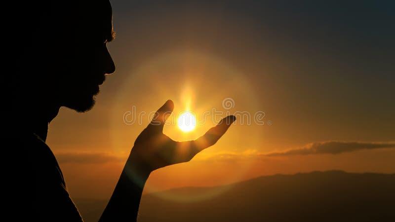 Человек улавливая солнце стоковая фотография