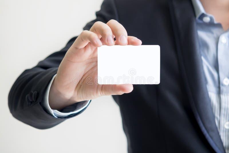 человек удерживания визитной карточки стоковое изображение