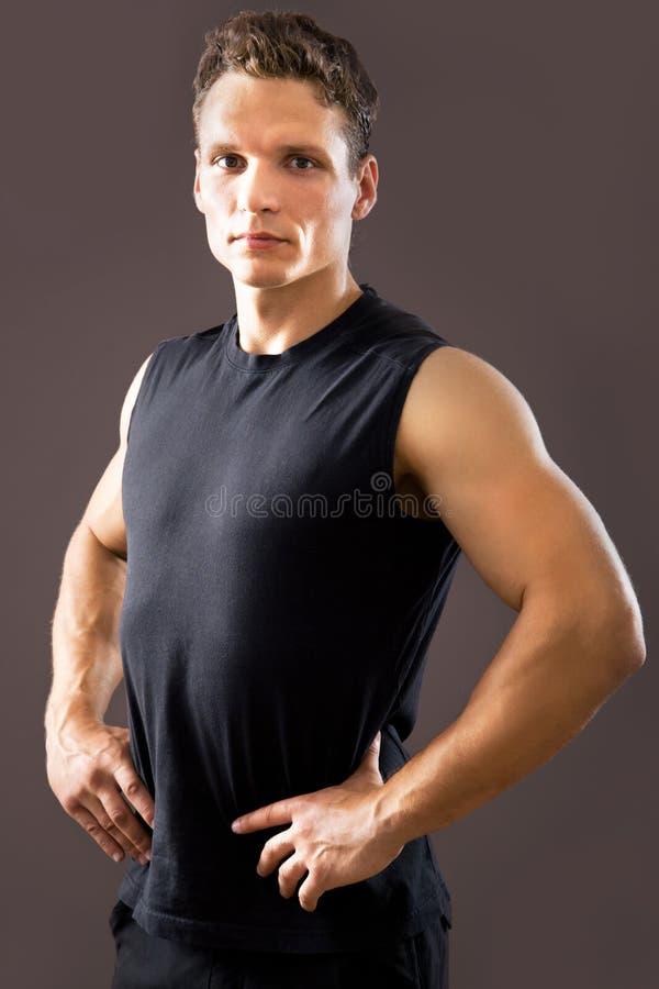 Человек фитнеса на серой предпосылке стоковые фото