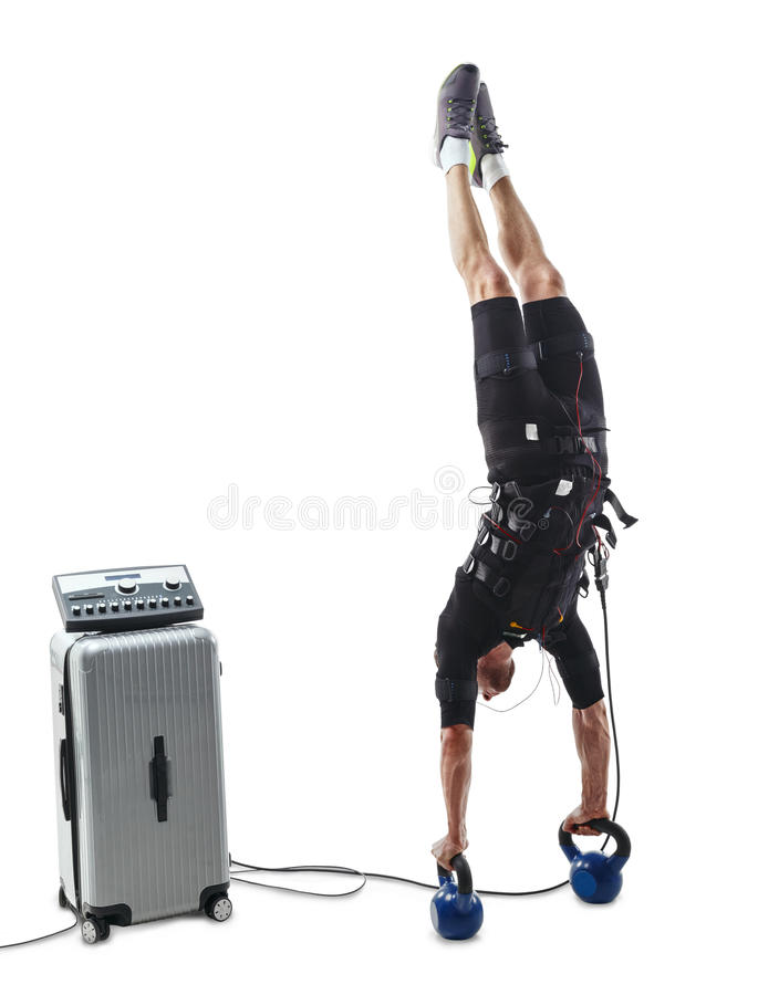 Человек фитнеса EMS делая вертикальный handstand вверх ногами стоковое фото