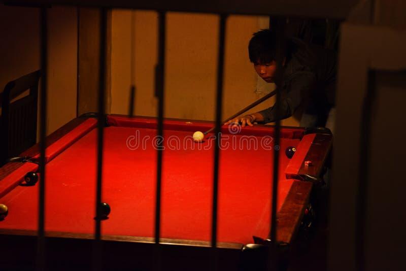 человек фокуса биллиардов играет сферу стоковое изображение rf