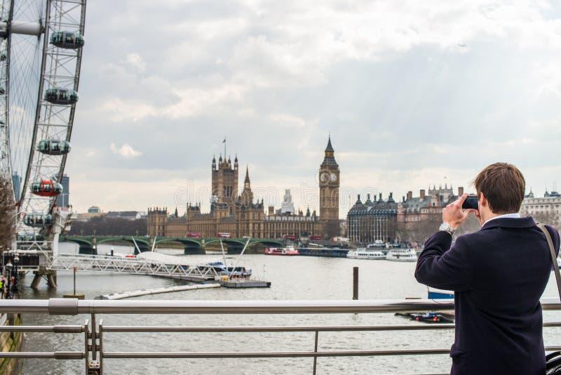 Человек фотографируя горизонт Лондона стоковое изображение rf