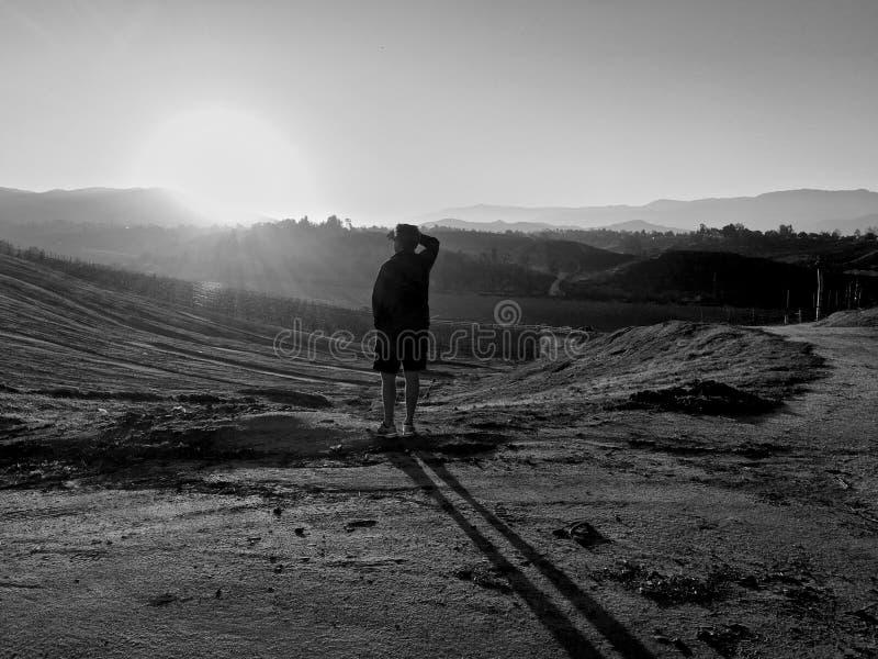 Человек холмов восхода солнца стоковые фотографии rf