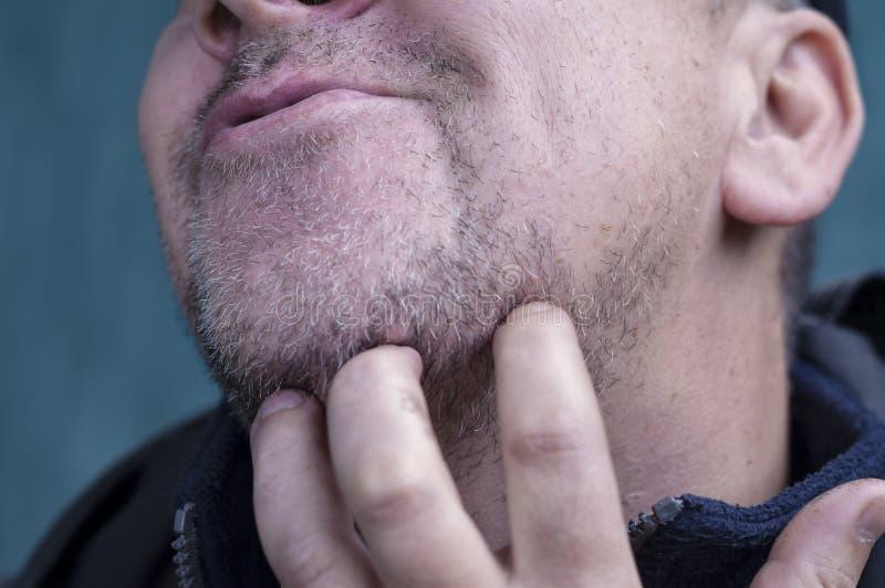 Человек царапая бороду стоковая фотография rf