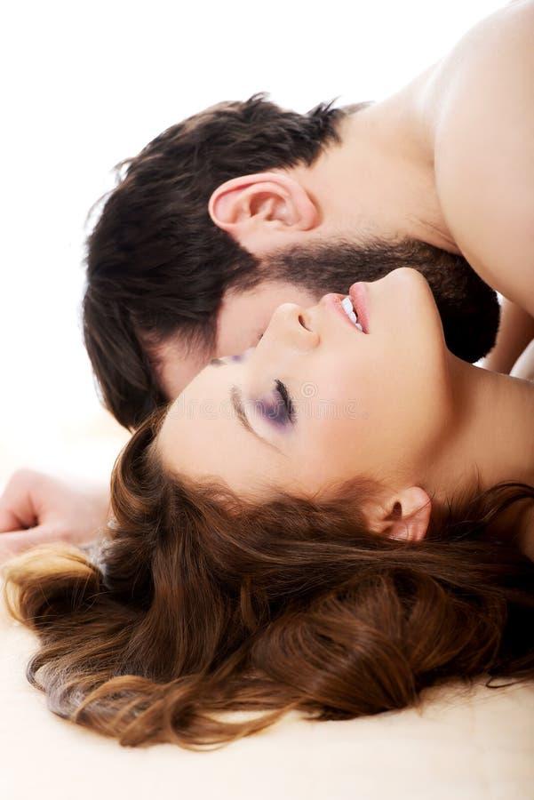 Человек целуя женщину в спальне стоковая фотография rf