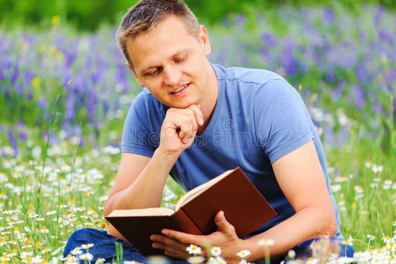 Download Человек читает книгу в поле Стоковое Фото - изображение насчитывающей мальчиков, мужчина: 41653148