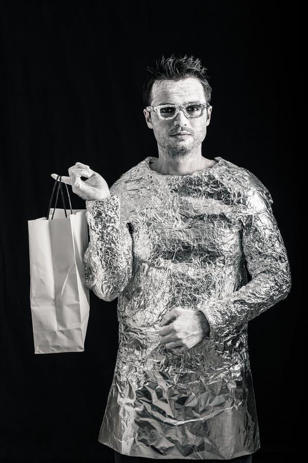 Человек чужеземца с хозяйственной сумкой стоковые изображения rf