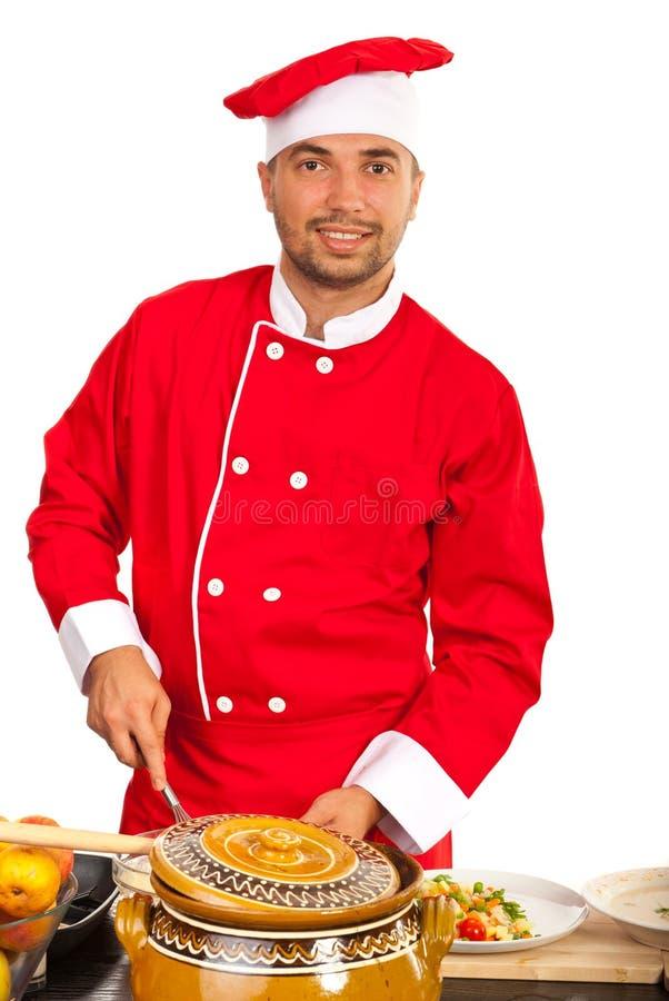 Человек шеф-повара в кухне стоковое изображение