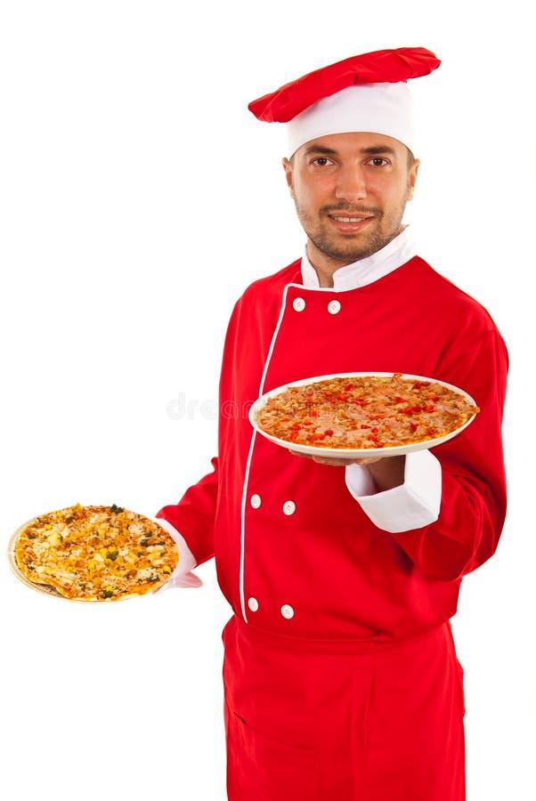 Человек шеф-повара держа пиццу стоковое фото
