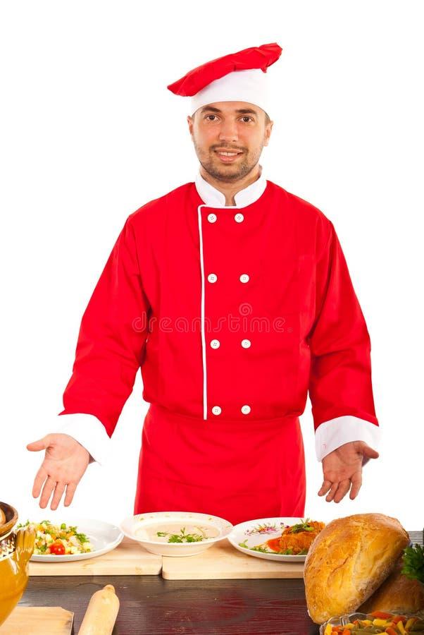 Человек шеф-повара показывая еду стоковые изображения rf