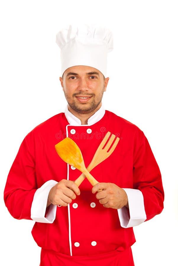 Человек шеф-повара с деревянными утварями стоковое фото