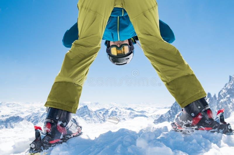 Человек лыжника наслаждается снегом зимы стоковое изображение rf