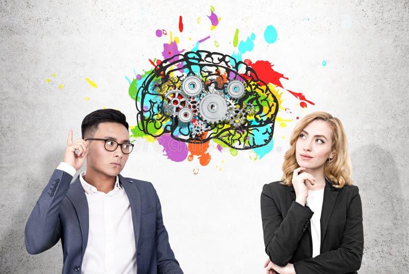 Человек Asain и женщина и мозг с cogs стоковое изображение rf