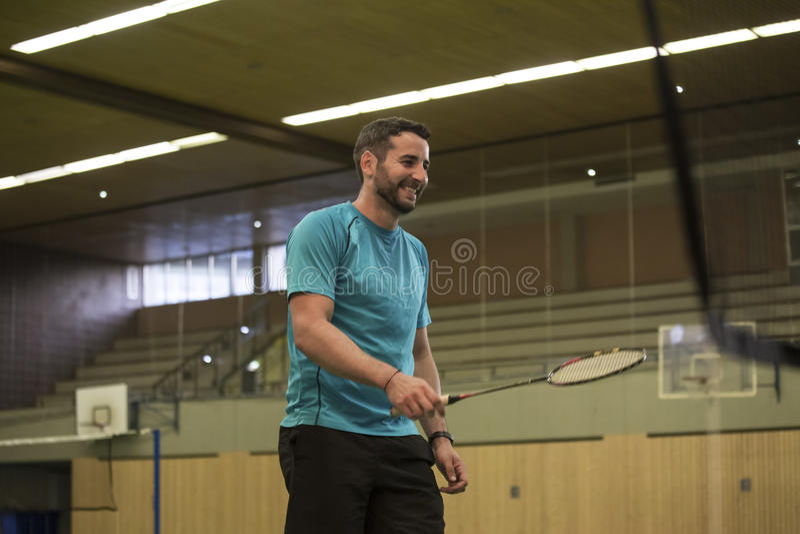 человек badminton играя детенышей стоковое изображение
