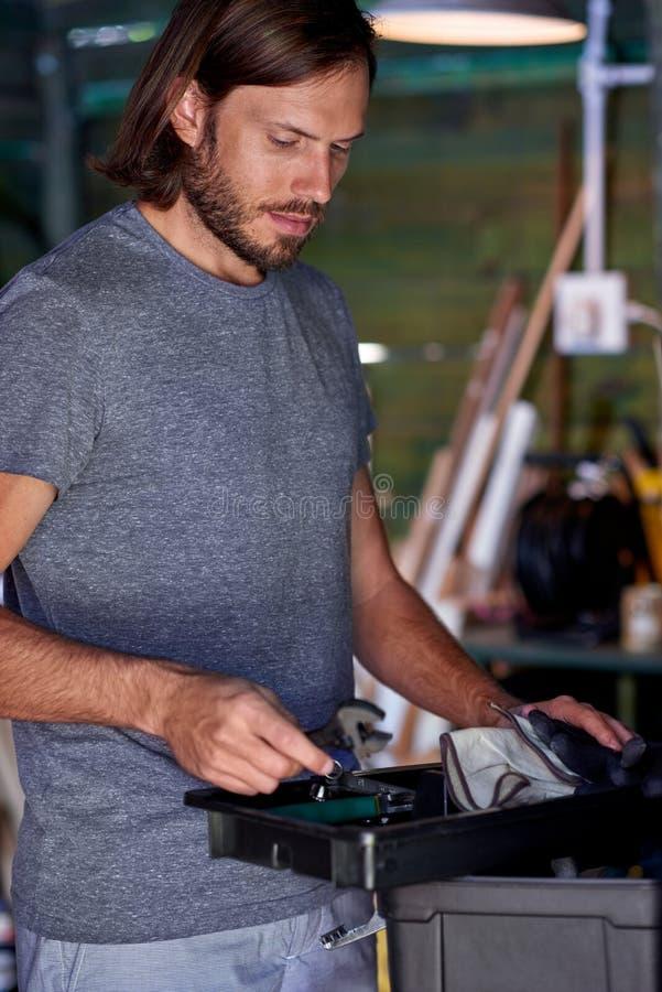 Человек DIY в его мастерской стоковые фотографии rf
