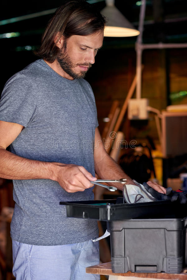 Человек DIY в его домашней мастерской стоковая фотография