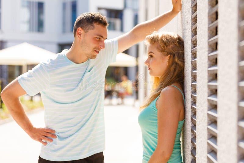 Человек flirting с девушкой на улице города стоковые фото