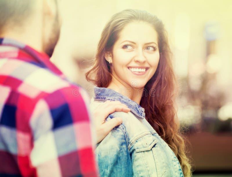Человек flirting с женщиной на улице стоковые изображения rf