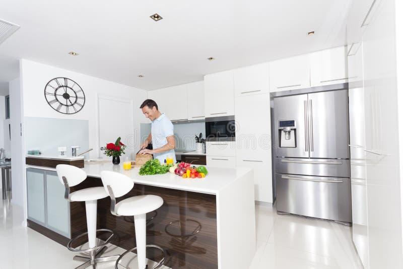 Человек в кухне стоковое фото