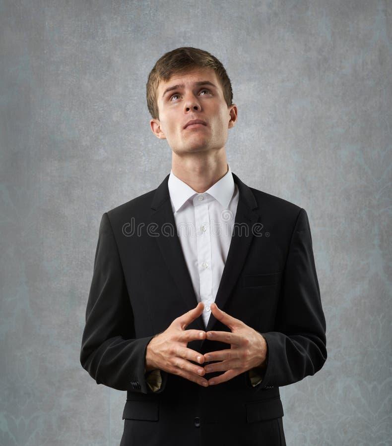 Человек heartily думает и рассматривает стоковая фотография rf